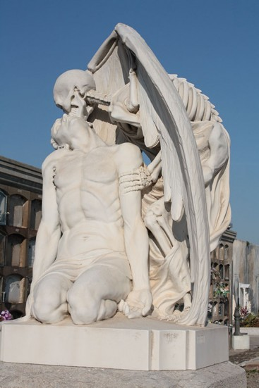 photo of the Kiss of Death sculpture
